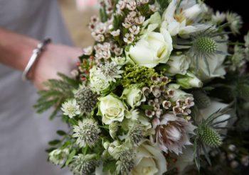 herbesfauves-fleuriste-bordeaux-mariage-wedding-bouquet-fleurs-flowers-mariée-blanc-vert-white-serruria-wax-chardon-J